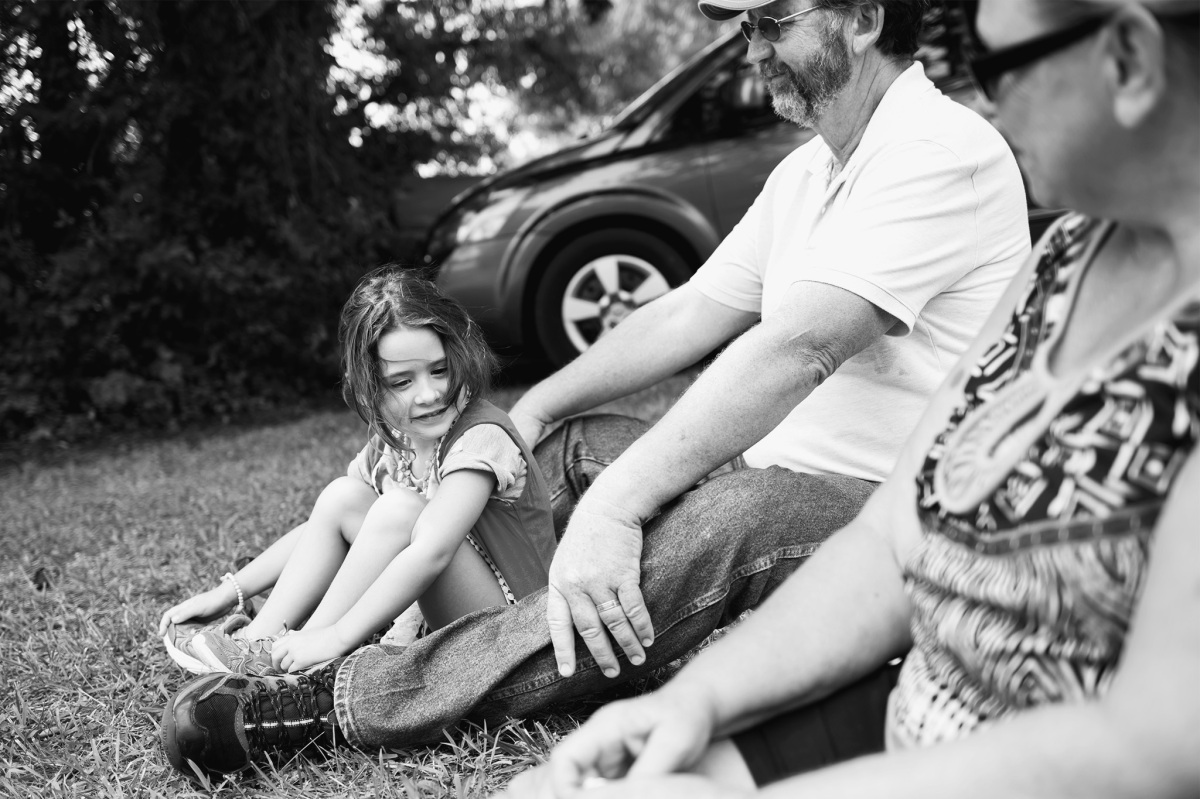 Black and White of little girl and grandparents sitting at the Stratford Oklahoma Peach Festival 2016 Oklahoma City Photographer